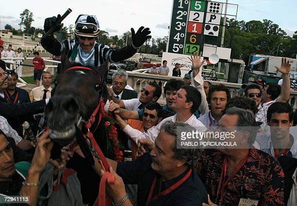 El jockey brasileno Jorge A Ricardo celebra al obtener el Gran Premio Jose Pedro Ramirez con el pura sangre argentino Good Report corrido sobre 2400...