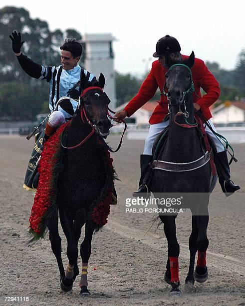 El jockey brasileno Jorge A Ricardo saluda tras haber obtenido el Gran Premio Jose Pedro Ramirez con el pura sangre argentino Good Report corrido...