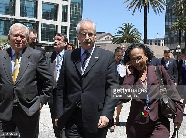 El ministro de Relaciones Exteriores de Argentina Jorge Taiana camina junto a la embajadora venezolana en ese pais Maria Lourdes Urbaneja y una...