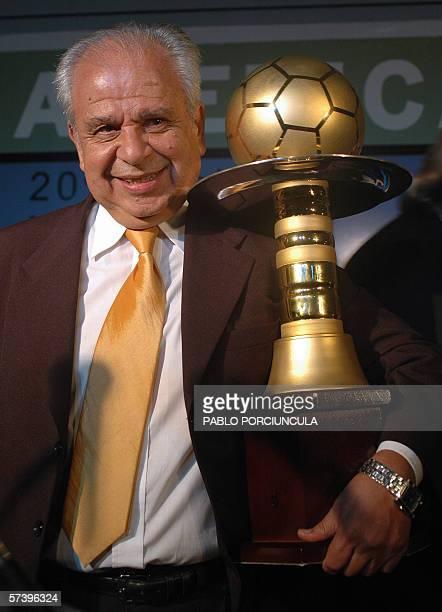 El uruguayo Anibal Mano Ruiz tecnico de la seleccion paraguaya de futbol sostiene el trofeo al Mejor Tecnico de America otorgado por el diario...