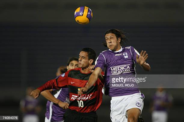 Flamengo's Renato Augusto vies with Defensor's Gonzalo Sorondo during their Libertadores Cup football match 02 May 2007 in Montevideo AFP...