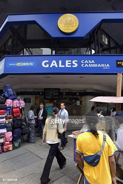 Transeuntes pasan frente al local de la empresa uruguaya Gales Casa Cambiaria perteneciente a Lespan SA la cual rechazo el 05 de abril de 2006 en...