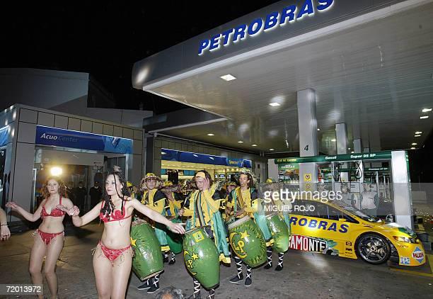 Una tipica cuerda de tambores con sus bailarinas actua durante la inauguracion de una de las 89 estaciones de servicio adquiridas por la estatal...