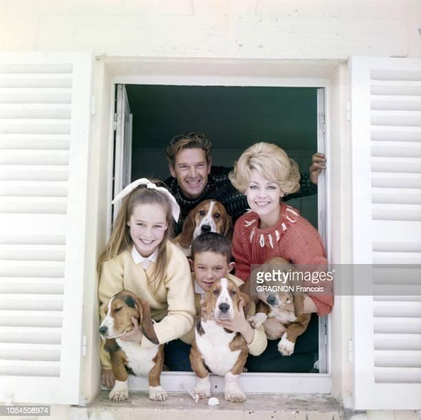 MontfortL'Amaury France mars 1963 L'actrice Dany SAVAL et son mari le comédien Georges MARCHAL posent avec leurs deux enfants Frédérique onze ans et...