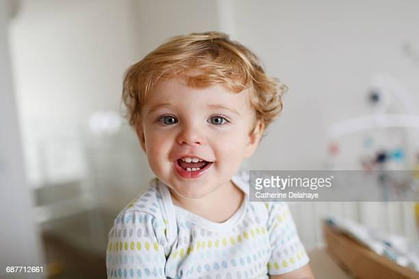 a 15 months old boy smiling - menino loiro olhos azuis imagens e fotografias de stock