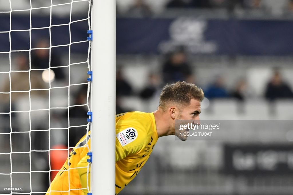 Montpellier's French goalkeeper Benjamin Lecomte reacts during the French L1 football match between Bordeaux and Montpellier on December 20, 2017 at the Matmut Atlantique stadium in Bordeaux, southwestern France. /