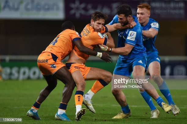 Montpellier's French wing Vincent Rattez vies for the ball with Leinster's Irish centre Robbie Henshaw during the European Rugby Champions Cup rugby...