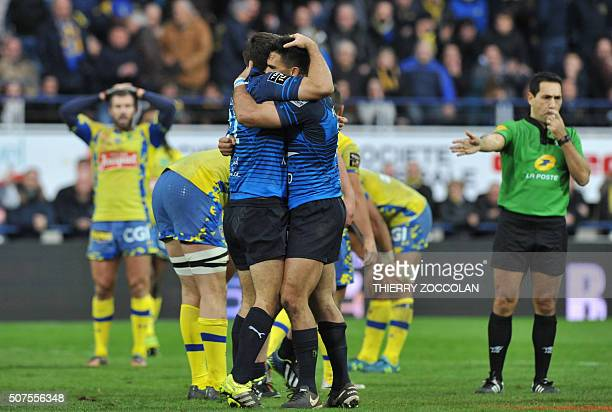 Montpellier's players celebrate their victory during the French Union Rugby match ASM Clermont vs MHR Montpellier at the Michelin stadium in...
