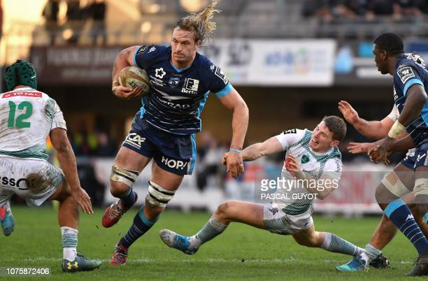 Montpellier's South African lock Jacques Du Plessis vies with Pau's New Zealand centre Benson Stanley and Pau's New Zealand flyhalf Colin Slade...