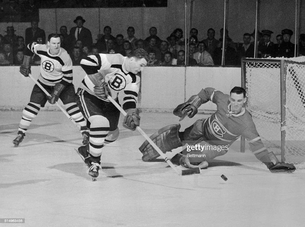 Jacques Plante Blocking the Puck : News Photo
