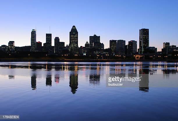 モントリオールのスカイラインに夕暮れ時の水反射 - buzbuzzer ストックフォトと画像