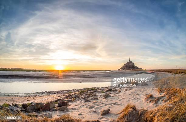 mont-saint-michel at sunset - haute normandie stockfoto's en -beelden