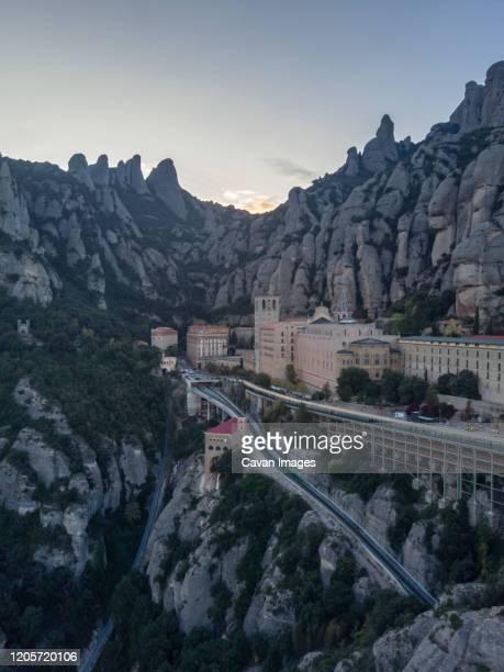 montserrat monastery abbey near barcelona - gekarteld stockfoto's en -beelden