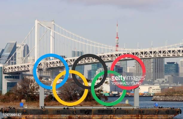 Monument avec les anneaux olympiques de 32.6 de large et 15.3 m de haut installé sur le front de mer Daiba, en arrière plan le pont Rainbow, le 17...