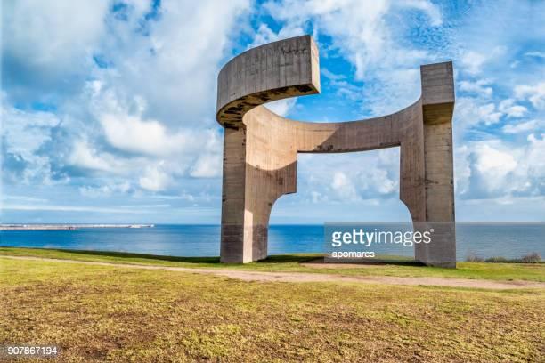 エドゥアルド チリーダによって記念碑 elogio デル ・ オリゾンテヒホン、スペイン - ヒホン ストックフォトと画像