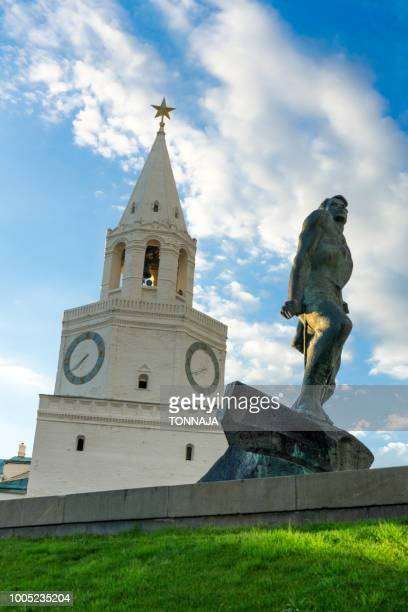 monument of musa jalil and spasskaya bashnya, kazan kremlin, russia - kul sharif mosque stock pictures, royalty-free photos & images