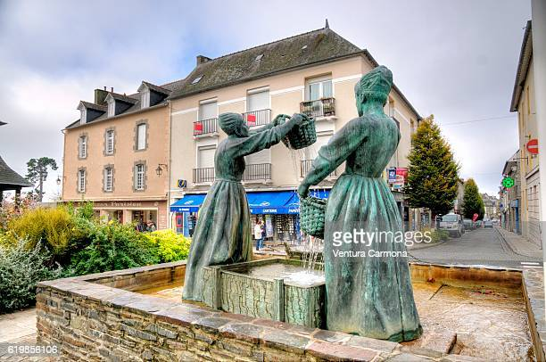 monument of the oyster-washerwomen in front of the church of the cancale - cancale photos et images de collection