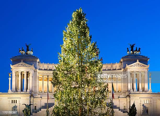 monumento di vittorio emanuele ii a roma, italia albero di natale - natale di roma foto e immagini stock