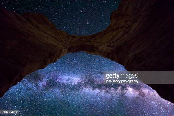 monument rocks arch and the milkyway, kansas - felsbogen stock-fotos und bilder