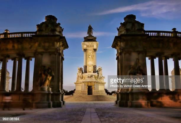 monument to alfonso xii. the buen retiro park (parque del buen retiro) lit at twilight in madrid, spain - victor ovies fotografías e imágenes de stock