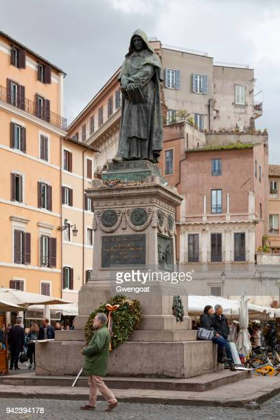 monument to giordano bruno in rome - gwengoat stock pictures, royalty-free photos & images