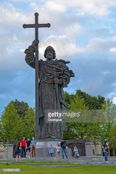 monument to holy prince vladimir the great in moscow - gwengoat stock pictures, royalty-free photos & images