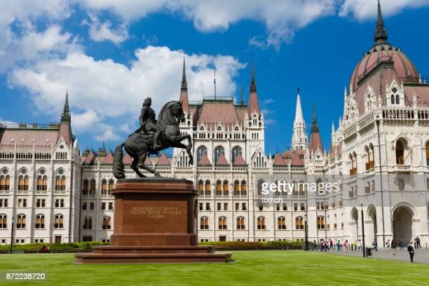 monumento ao rakoczi no parlamento húngaro em budapeste - sede do parlamento húngaro - fotografias e filmes do acervo
