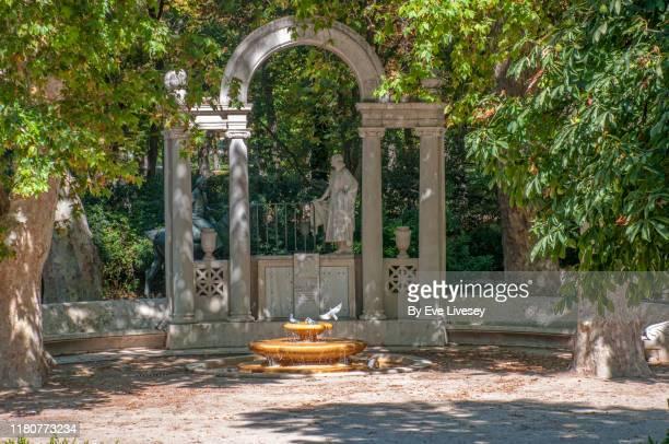 monument to the hermanos álvarez quintero - hermanos stock-fotos und bilder