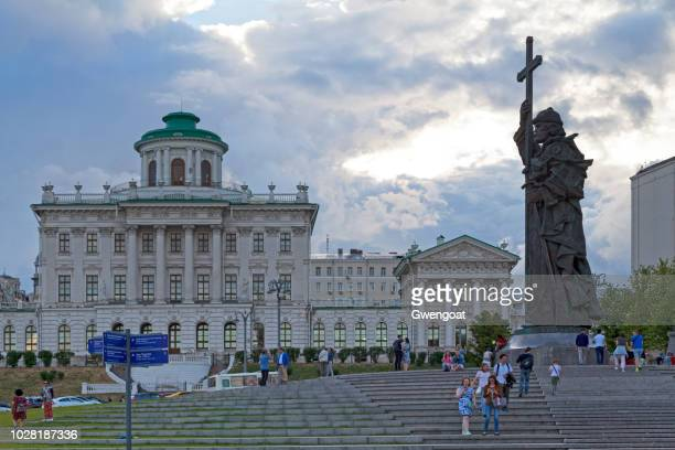 monument to vladimir the great and the pashkov house in moscow - gwengoat stock pictures, royalty-free photos & images