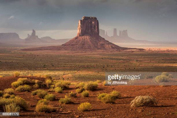 monument valley al tramonto - ウエスタン映画 ストックフォトと画像