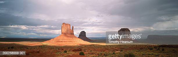 usa, monument valley, mittens formations, looking east - timothy hearsum fotografías e imágenes de stock