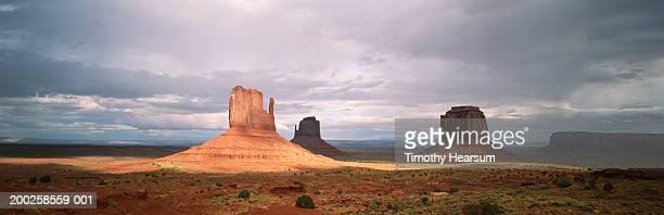 usa, monument valley, mittens formations, looking east - timothy hearsum bildbanksfoton och bilder