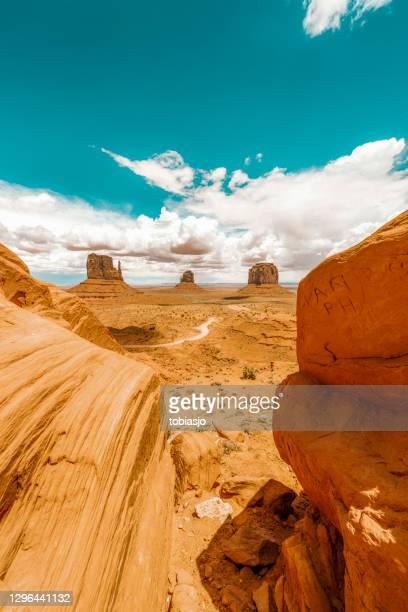 vallée du monument - grand angle photos et images de collection