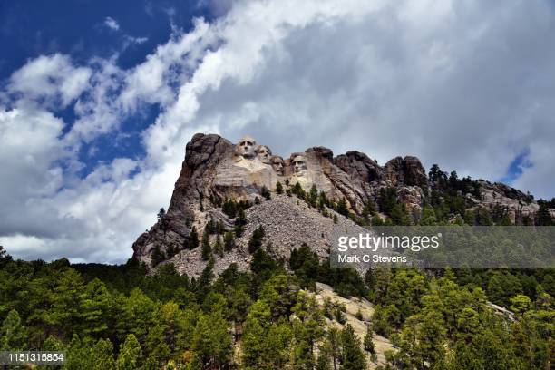 a monumental sculpture of us presidents carved into a mountainside - black hills - fotografias e filmes do acervo