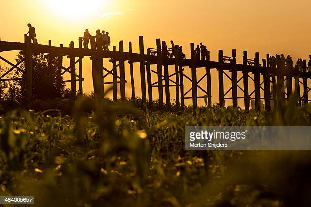 monumental teakwood u bein bridge - merten snijders imagens e fotografias de stock