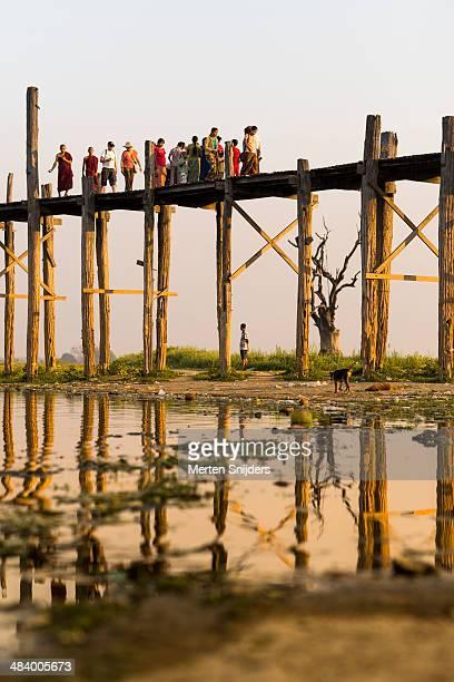 monumental teakwood u bein bridge - merten snijders stock pictures, royalty-free photos & images