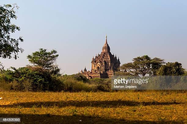 monumental u-pali-thein buddhist temple - merten snijders stockfoto's en -beelden