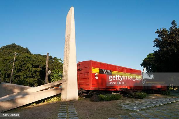 monumento a la toma del tren blindado - キューバ サンタクララ ストックフォトと画像