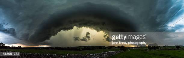 monyash shelf cloud, peak district., derbyshire, english peak district. uk. europe. - extreem weer stockfoto's en -beelden