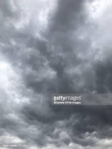 moody cloudscape - bewolkt stockfoto's en -beelden