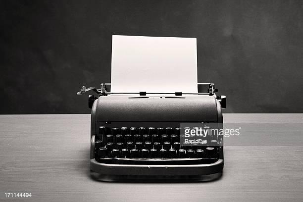 Moody film noir Filmagem de máquina de escrever vintage e papel em branco