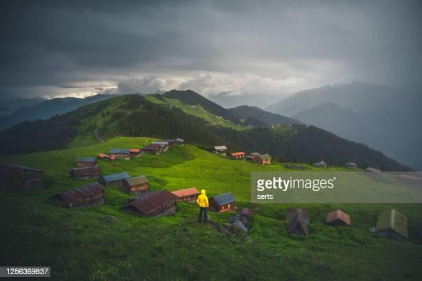ブラックシーとトルコのサル高原からのムーディーな風景 - トラブゾン ストックフォトと画像