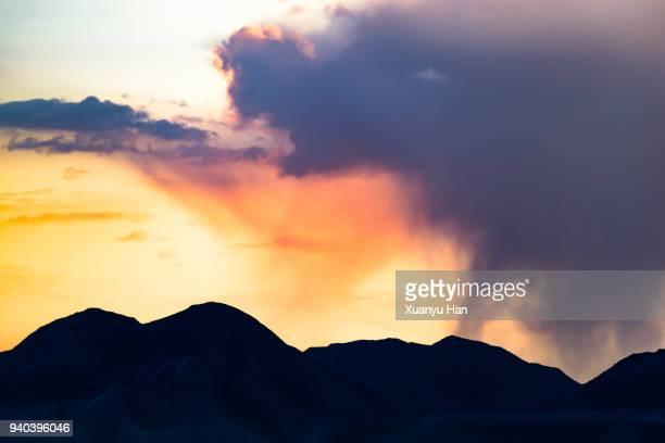 moody lenticular clouds at sunset - ruhe vor dem sturm stock-fotos und bilder