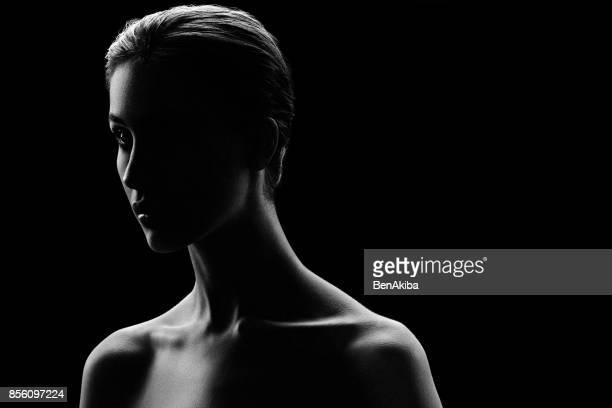 humeurig portret van een meisje - naaktmodel stockfoto's en -beelden