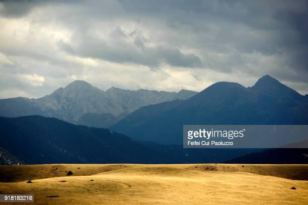 moody sky and mountain landscape near livingston, montana, usa - montana - fotografias e filmes do acervo