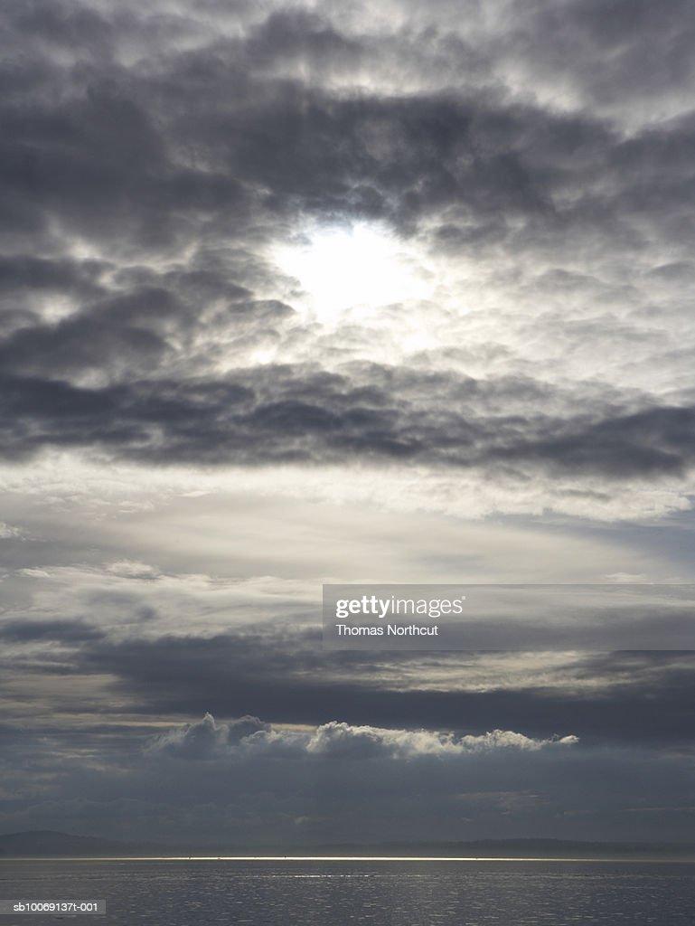 Moody sky over sea : Stockfoto