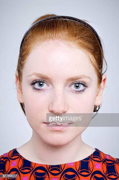 moody studio portrait - solo una donna giovane foto e immagini stock