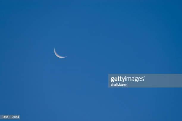 moon crescent over blue sky - shaifulzamri bildbanksfoton och bilder