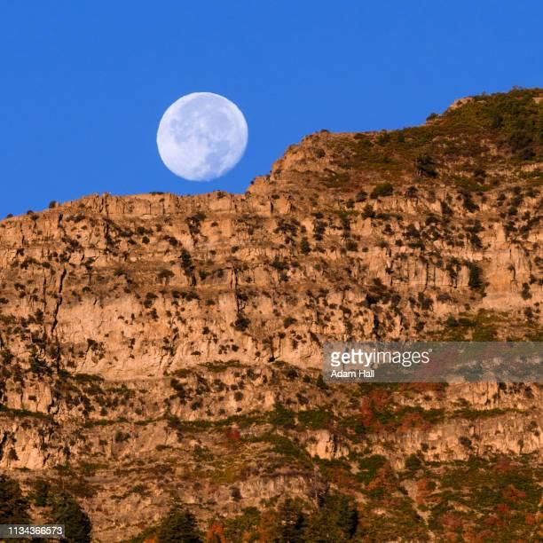 moon over cliff - provo foto e immagini stock