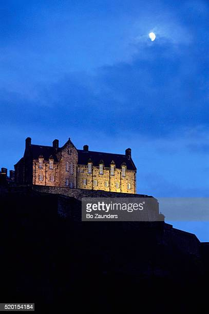 moon over edinburgh castle - bo zaunders stock pictures, royalty-free photos & images